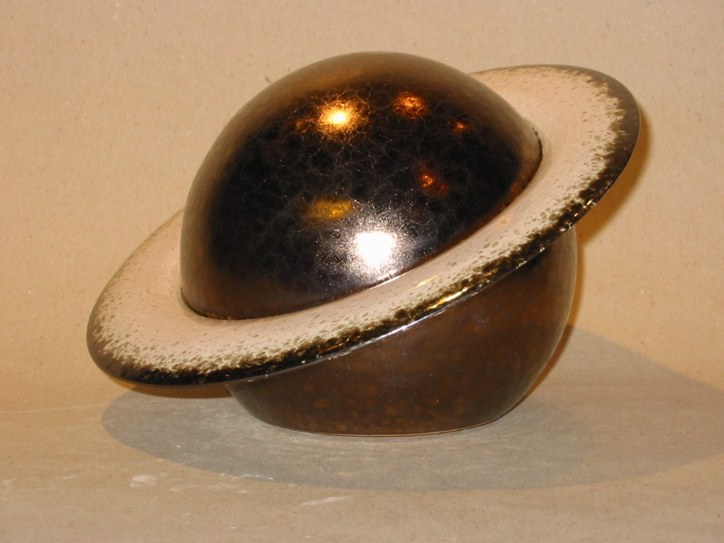 Urne Saturn-Gold Handgetöpfert