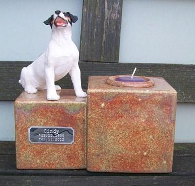 Jack Russel Urne mit Kerze, sitzend